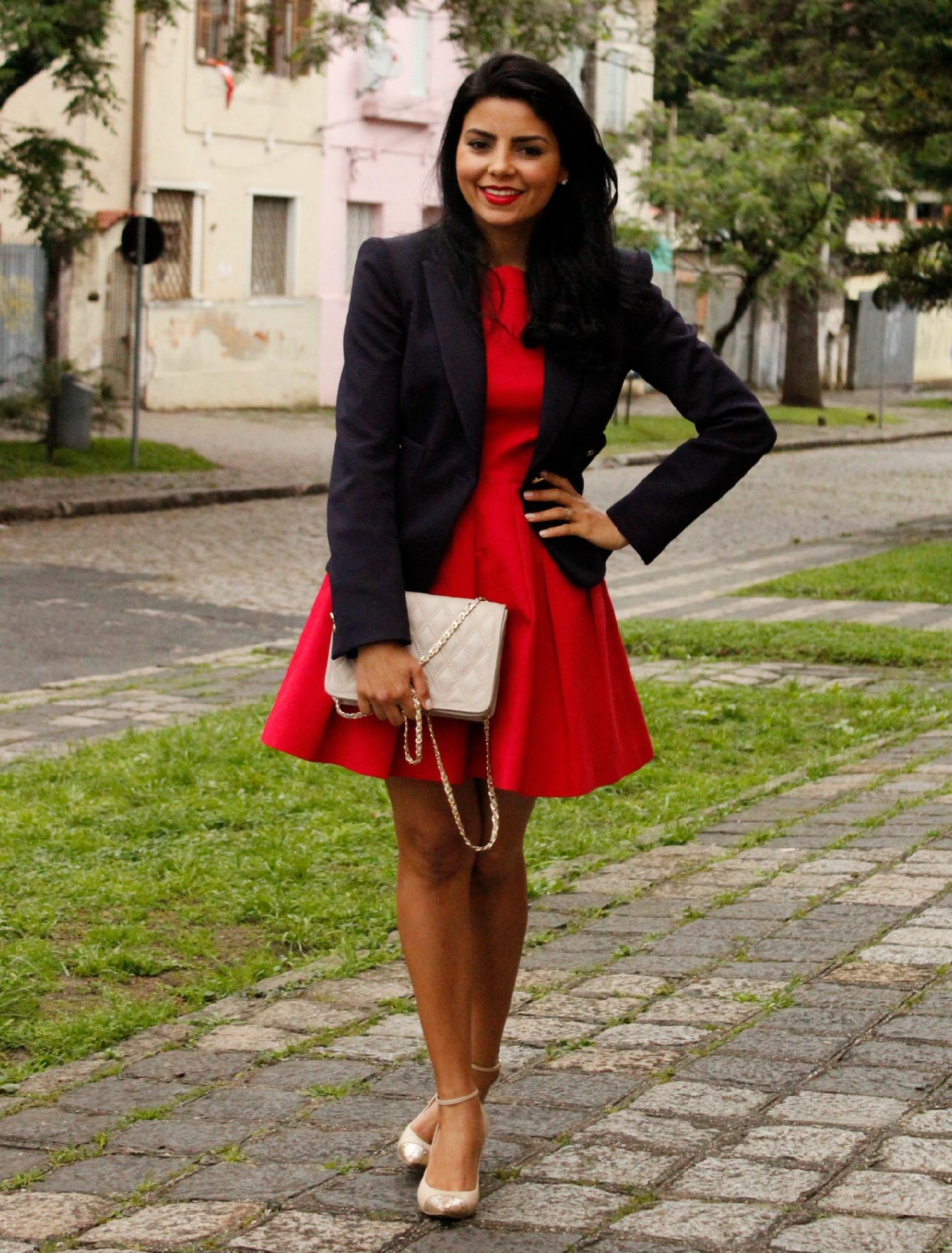Vestido vermelho com jaqueta jeans